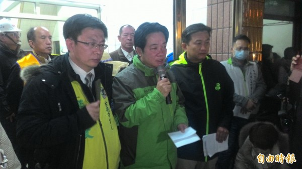 除夕夜10點,賴清德在救災現場召開記者會。(記者蔡文居攝)