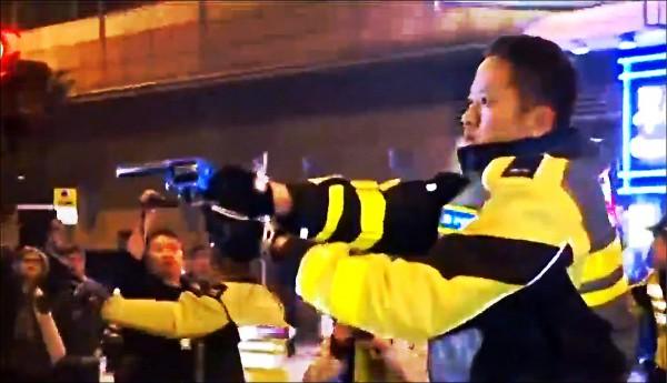 香港旺角八日深夜爆發驅趕違法攤販引發的大規模警民衝突,雙方對峙時曾有警員在現場對空鳴槍,並以槍口指向抗議民眾,被指為激化警民衝突的關鍵之一。(取自網路)