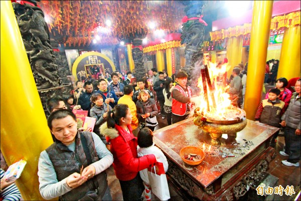 台中廣天宮財神廟春節時擠滿信徒祈福求財,香爐也 發爐。 (記者蔡淑媛攝)