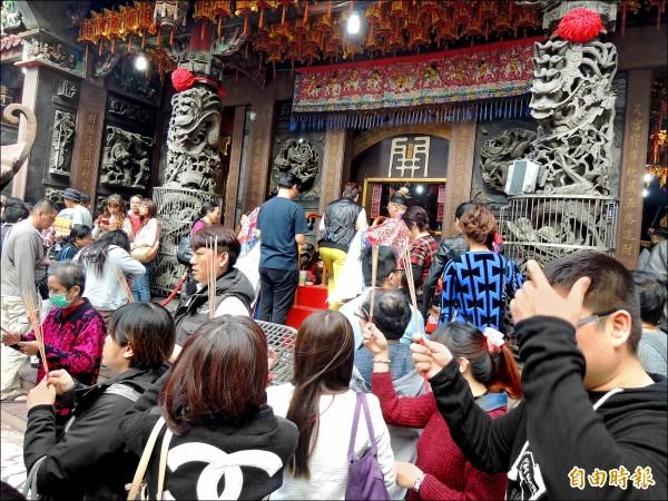 台中廣天宮財神廟往年初四迎財神,擠滿信徒祈福求財和過錢門。(記者蔡淑媛攝)