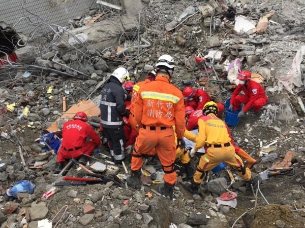 搜救人員今上午在G棟15樓發現蔡孟家與其女友黃若欣的遺體。(記者蔡彰盛翻攝)