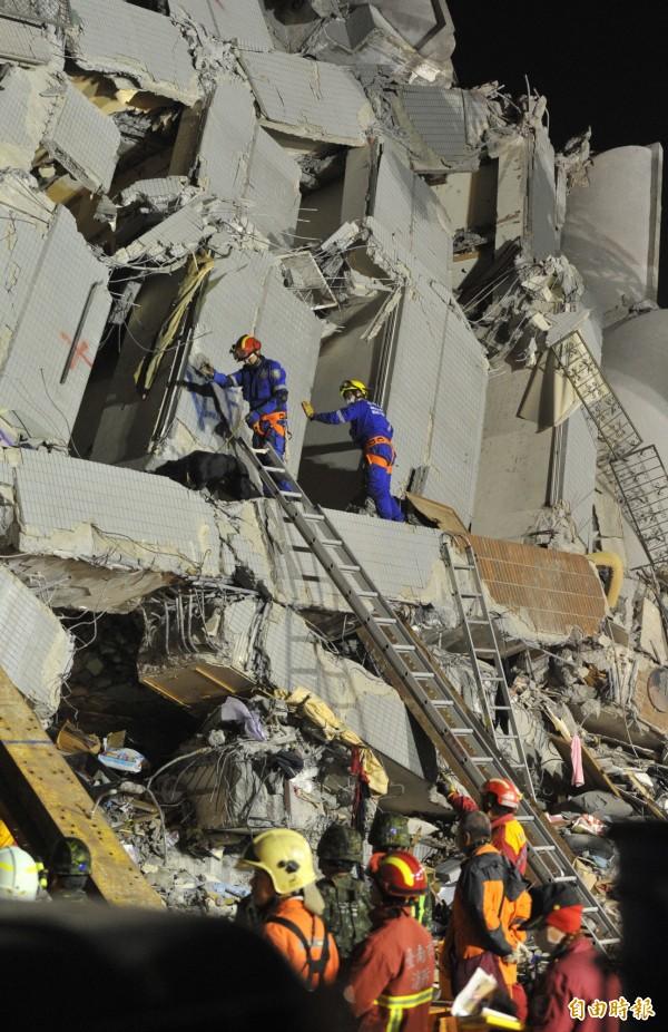 南台大地震震垮17層高的永康維冠大樓,當天下午台南有15名鑿洞師傅組成「鑿洞義勇軍」,放棄跟家人圍爐,拿著工具就來到災區救援。(資料照,記者黃志源攝)