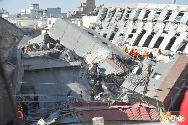 南台大地震震倒永康維冠大樓,許多救難人員在事發後都聚集該地展開救援。(資料照,記者黃志源攝)