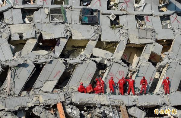 總統府發言人馬瑋國指出,為悼念2月6日南台大地震罹難者,總統府將於15日,也就是年假過後正式上班第一天降半旗哀悼,並取消當天新春團拜活。(資料照,記者羅沛德攝)