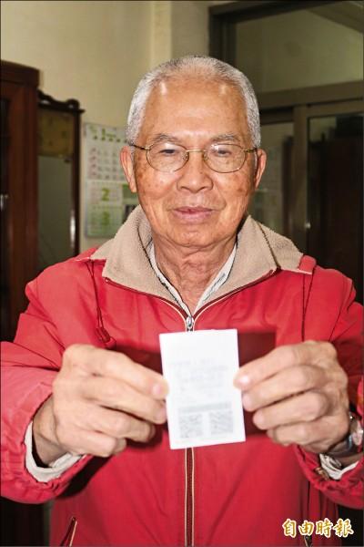 郭聖七拿到一張8個號碼全部是0的統一發票。(記者詹士弘攝)