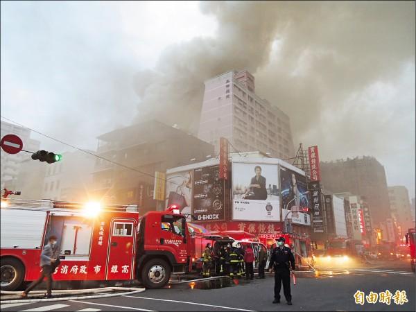 大新百貨失火濃煙蔽天,消防車無法靠近火場,只能停在外圍。(記者洪定宏攝)