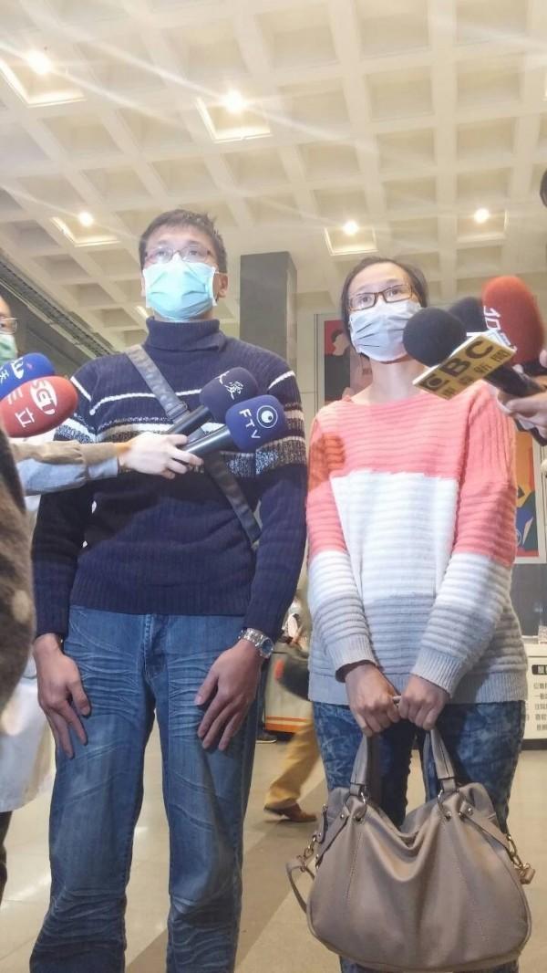 台南震災傷患洪家益的胞兄、胞姐出面向救難、成大醫護人員道謝。(記者王俊忠翻攝)