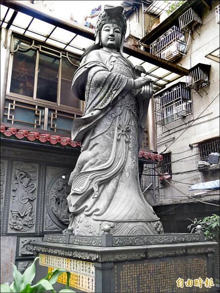 慶安宮媽祖神像高達22.5 台尺,與湄洲媽祖同型聖座。(記者俞肇福攝)