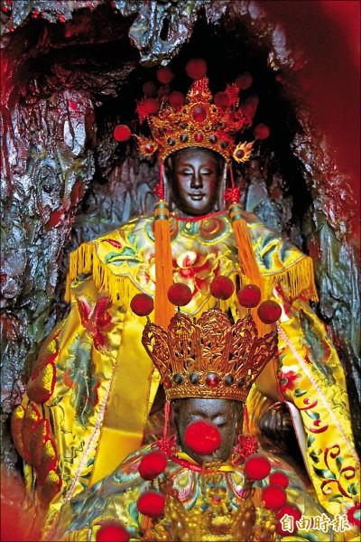 觀音佛祖、神龕、棚座全以麻糬混合石灰做成。(記者林宜樟攝)