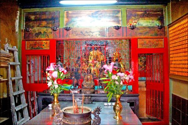 觀音佛祖、神龕、棚座 以麻糬混石灰做成。 ( 記者林宜樟攝)