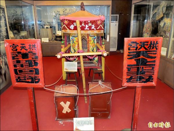 白沙屯拱天宮 香火鼎盛,還有許 多媽祖文物陳列。 (記者蔡政珉攝)