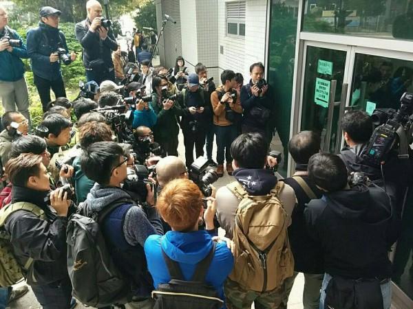 九龍法庭外,媒體圍繞。(圖擷取自本土民主前線臉書)