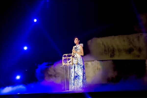 江蕙唱完最後一首歌,含淚將麥克風鎖進水晶珠寶盒。(寬宏提供)