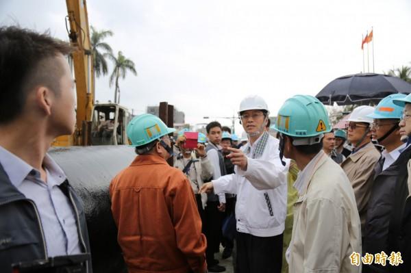 張善政視察台南復水施工情形。(記者邱芷柔攝)