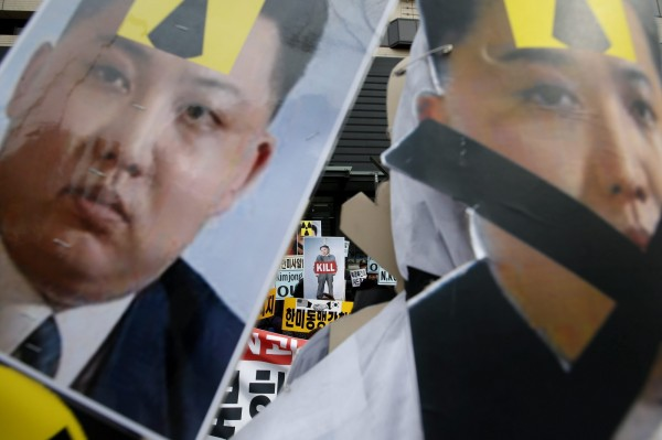 北韓試射長程飛彈,也傳發展核武,南韓民眾怒拿金正恩肖像抗議。(歐新社)