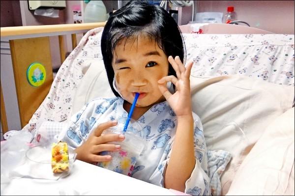 在台南震災中受困六十一小時後獲救的八歲女童林素琴,終於吃到思樂冰。(奇美醫院提供)