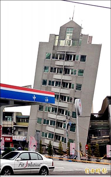 地震過後,台南市出現多座危樓(記者黃文鍠攝)