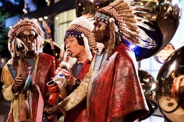 電影《大尾鱸鰻2》因為在情節中調侃達悟族人,引發時代力量原住民族立委高潞不滿。圖為劇情片段。(牽猴子提供)