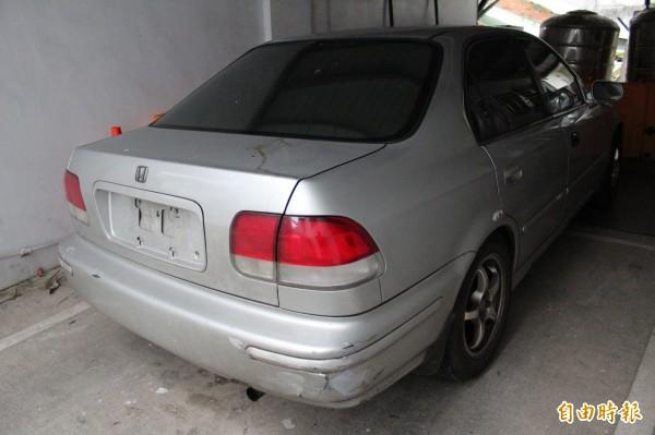 54歲曹姓男子昨天深夜駕駛這輛偷來的汽車跟警車飆汽車「馬拉松」。(記者黃美珠攝)