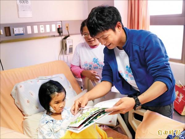 陳宥達帶來多本繪本,與林素琴一起分享童書內容。(記者林孟婷攝)