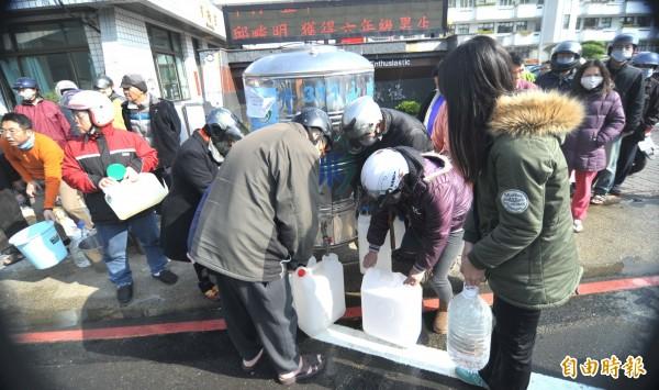 南台大地震造成台南市多處傳出災情,而當地也發生停水問題,使得居民日常生活多有不便。(資料照,記者黃志源攝)