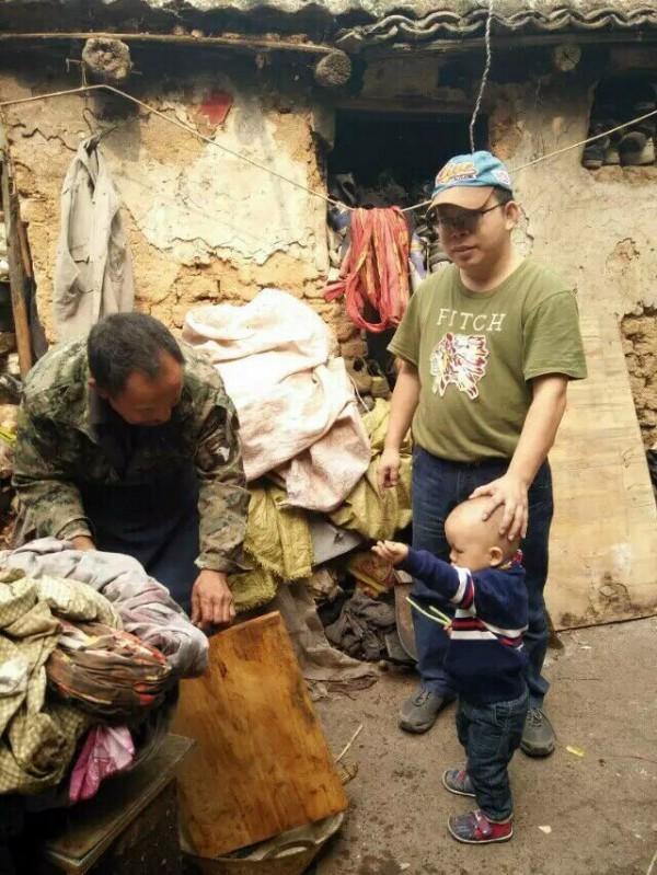 《南方都市報》前記者李新(右後)上月在泰國「被失蹤」,李新的父親李守德(左)呼籲中國當局釋放兒子。李新家境貧寒,圖為河南老家土坯房。(圖取自《自由亞洲電台》)