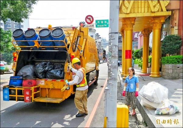 方便倒垃圾反造成不便?許多桃園市民希望市府改善「垃圾清運路線即時查詢系統」準確性。(記者林近攝)