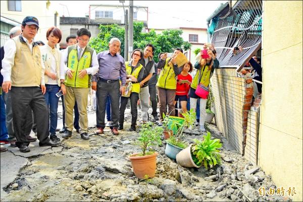 新市區港墘里一帶因土壤液化,建物下沉,房屋、道路崩壞,市長賴清德(左)率員視察。(記者吳俊鋒攝)
