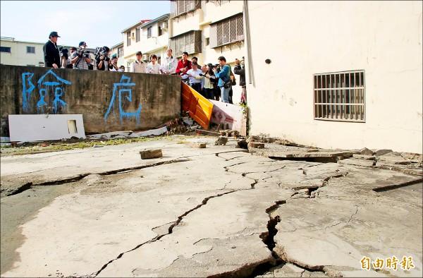 安南區因土壤液化造成地面隆起。 (記者黃文鍠攝)