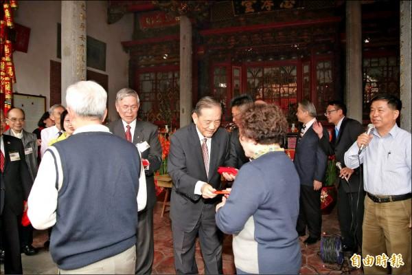 副市長林陵三(中,發送紅包者)代表市長林佳龍參加林氏宗廟團拜並發放小紅包。(記者蘇金鳳攝)