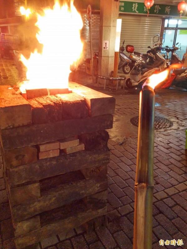瑞芳老街文化觀光推展協會邀民眾在元宵節前一天持火把夜遊,體驗早期生活情景。(記者林欣漢攝)