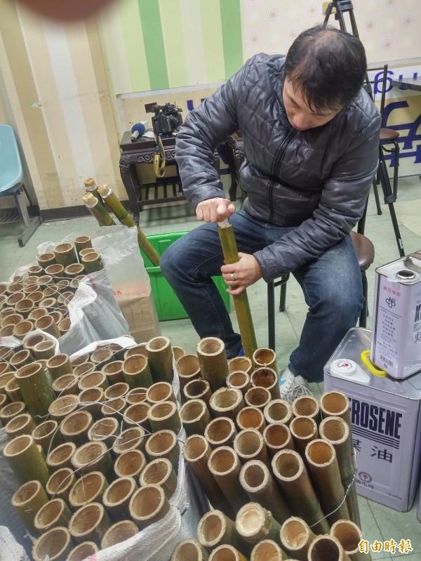 瑞芳老街文化觀光推展協會今天開始製作火把和燈籠。(記者林欣漢攝)