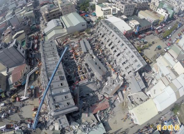 台南震災造成維冠金龍大樓倒塌,逾百人死亡。(資料照,記者羅沛德攝)