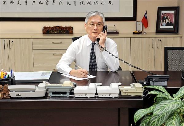 去年底陸委會主委夏立言和中國國台辦主任張志軍首次撥通兩岸熱線。(資料照,陸委會提供)