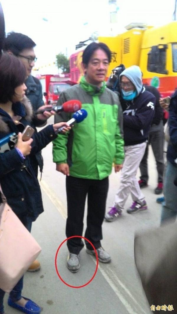 台南事長賴清德救災期間,被媒體拍到右腳球鞋「開口笑」,引發議論。(資料照,記者盧姮倩攝)