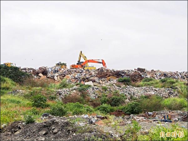 台東市垃圾掩埋場的垃圾已堆積近兩層樓高。 (記者王秀亭攝)