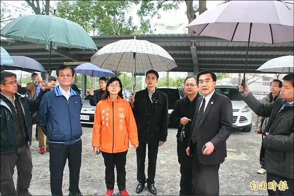 教育部國教署長黃子騰(左二)南下瞭解玉井國中受災狀況。(記者吳俊鋒攝)