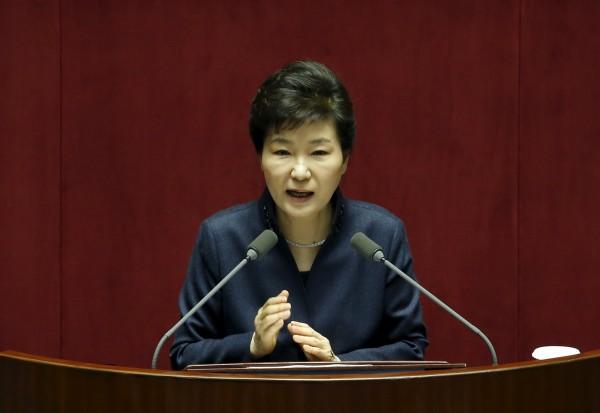 朴槿惠強調,為了抑制北韓不斷發展核武及導彈,必須切斷流入北韓的外匯,所以才決定全面中斷開城工業區運作。(路透)