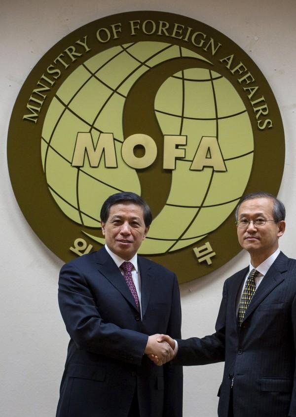 中國外交部副部長張業遂(圖左)重申中國反對在南韓部屬THAAD的立場,圖右為南韓外交部第一次長林聖男。(路透)