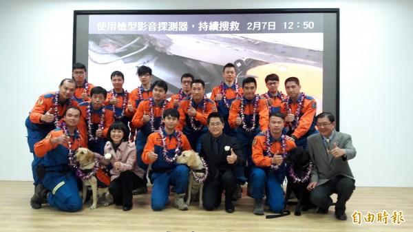 台東縣長黃健庭(右3)表揚支援台南救災的台東特搜隊員。(記者黃明堂攝)