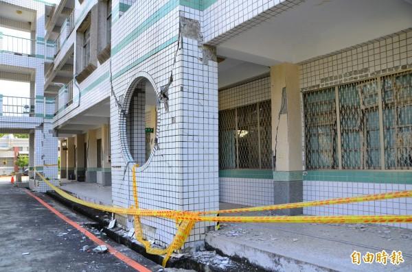 玉井國中專科大樓震後嚴重受損,被列為危險建築。(資料照,記者吳俊鋒攝)