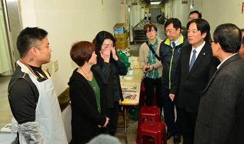 台南市長賴清德今天再次前往殯儀館巡視,向罹難同胞捻香。(圖擷取自賴清德臉書)