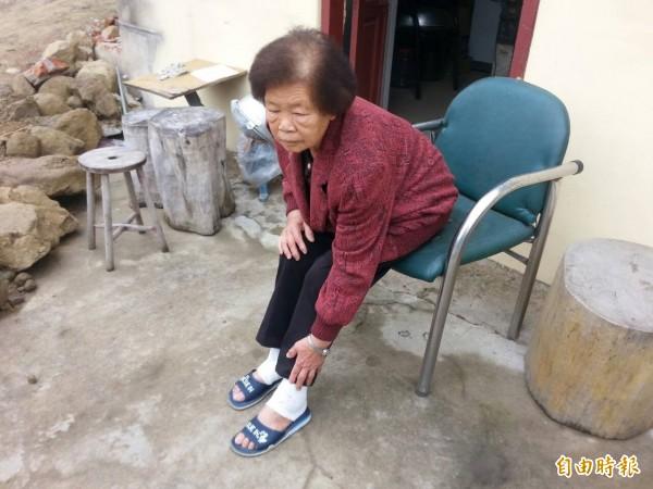 雲林第一起,古坑鄉華山村一名老婦被鼬獾咬傷雙腳。(記者廖淑玲攝)