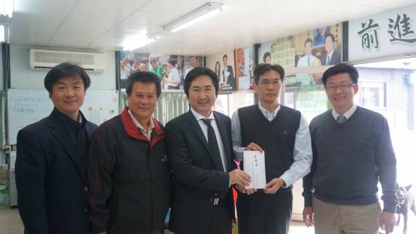 平野貴也(右三)親自飛抵台灣,捐款幫助台南賑災。(記者林孟婷翻攝)
