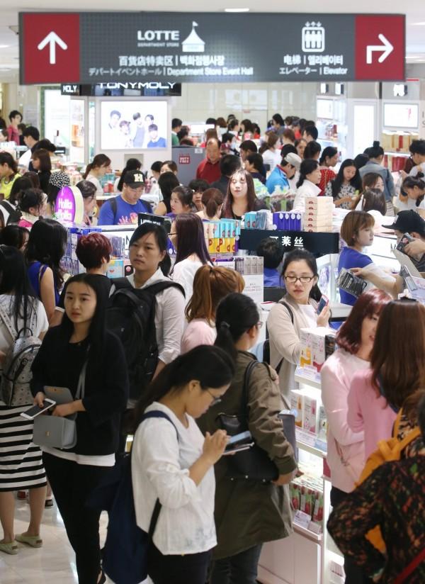 南韓是不少中國遊客喜愛的出國旅遊國家,但近來傳出不少「宰客」行為,讓中客不滿。資料也顯示,中客赴韓人數確實有減少趨勢。圖為資料照。(歐新社)