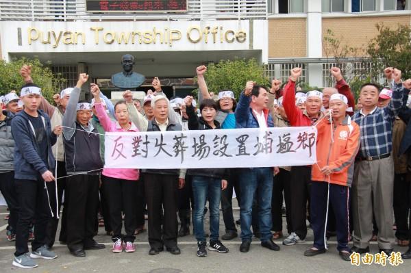 埔鹽鄉代表會主席許文萍(中)率領鄉民,抗議設置火葬場。(記者陳冠備攝)
