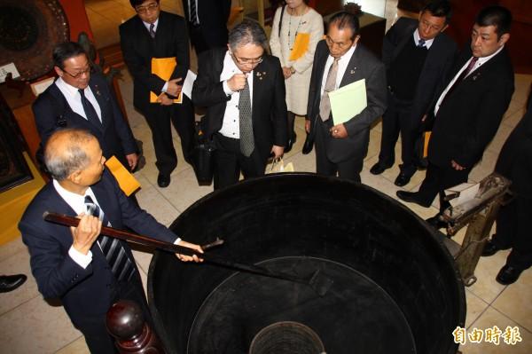 龍南天然漆博物館負責人徐玉富向日本友人解說展示製漆工具。(記者佟振國攝)