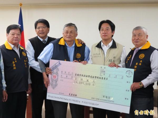 台南市長賴清德(右二)今晚表示,他個人捐出一個月的所得協助災後重建。圖為今天屏東縣長潘孟安(左二)率屏東廟宇到台南市府捐款賑災。(記者蔡文居攝)