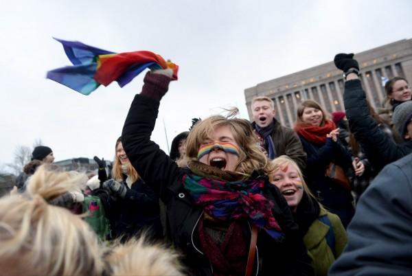 芬蘭國會在2年前通過婚姻平權法案,前(17)日更通過修正案,允許同性伴侶所登記的「伴侶關係」改為「婚姻關係」。(法新社)