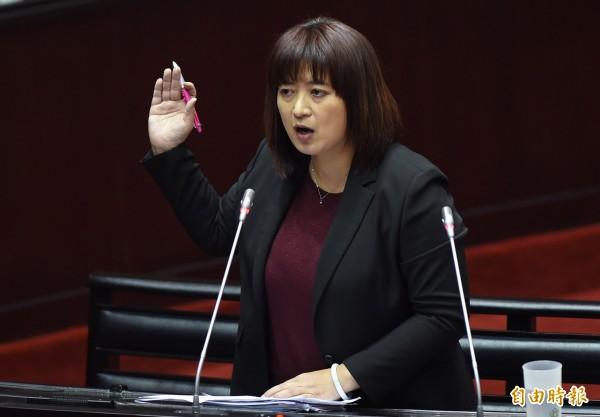 民進黨新科立委蔡培慧一上台就重提2013年的大埔案,並要求返還違法徵收的土地。(記者劉信德攝)